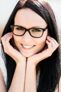 Frau mit Brille - Optik Westermeier