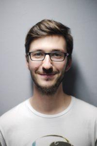 Mann mit eckiger Brille