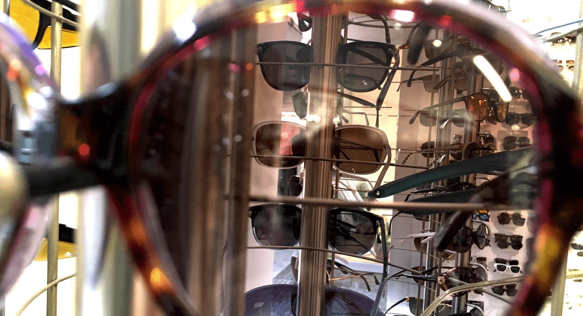 Blick durch eine Sonnenbrille auf weitere Sonnenbrillen