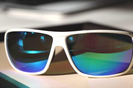 Sportbrille mit irisierendem Glas