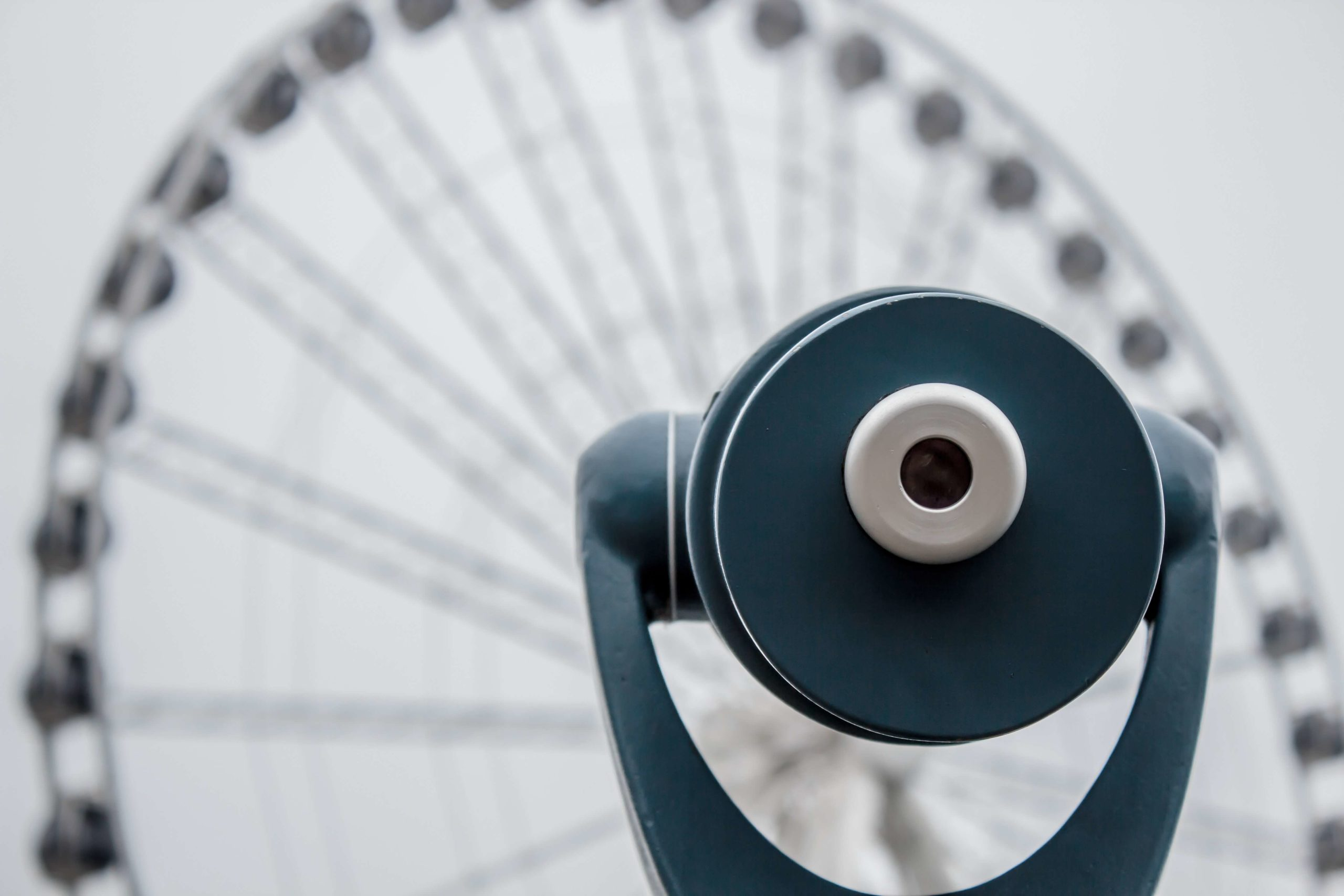 Fernglas mit Blick auf ein Riesenrad