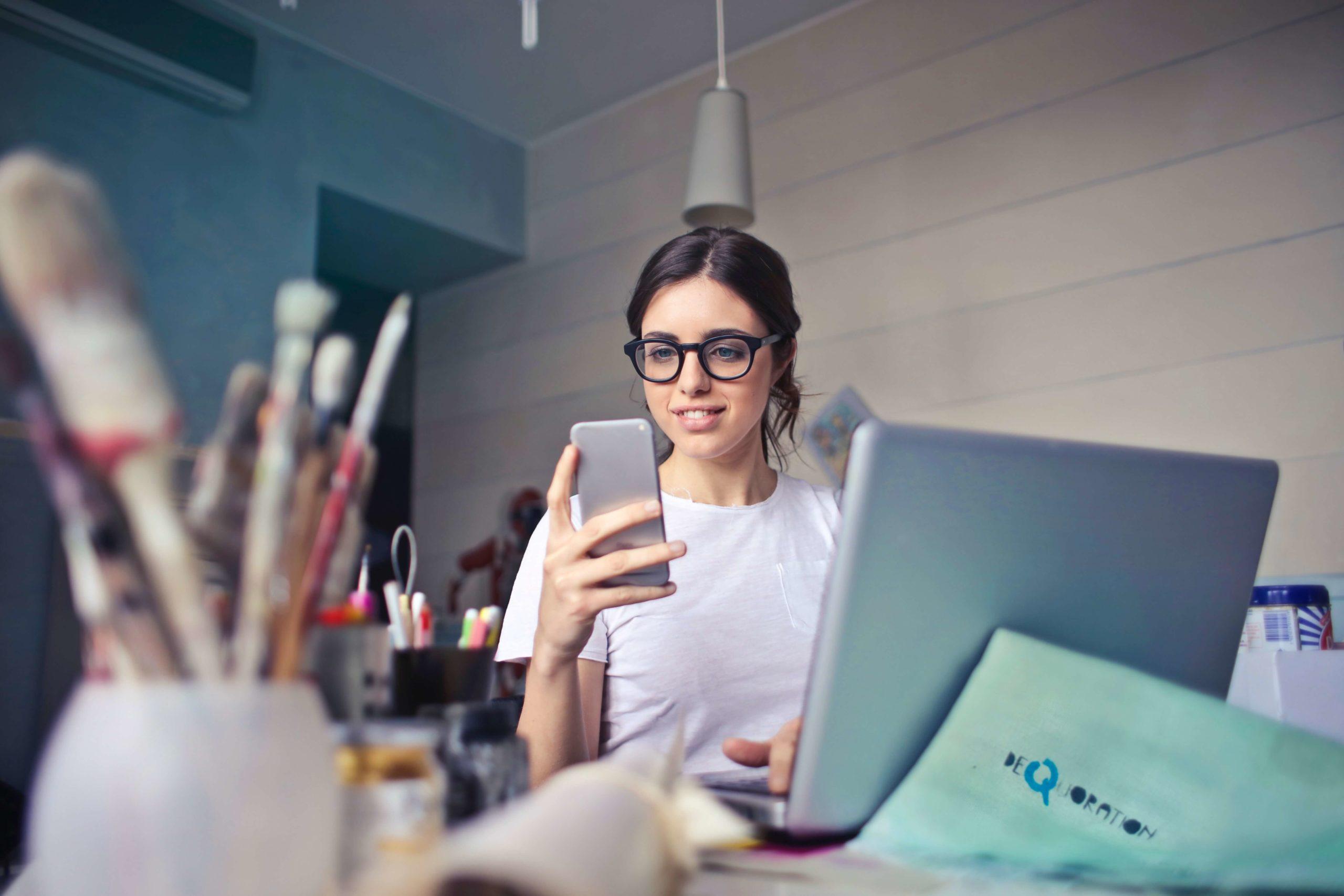 Frau bei der Arbeit am Bildschirm