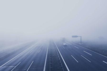 Autofahrbrillen-Nebel auf der Autobahn