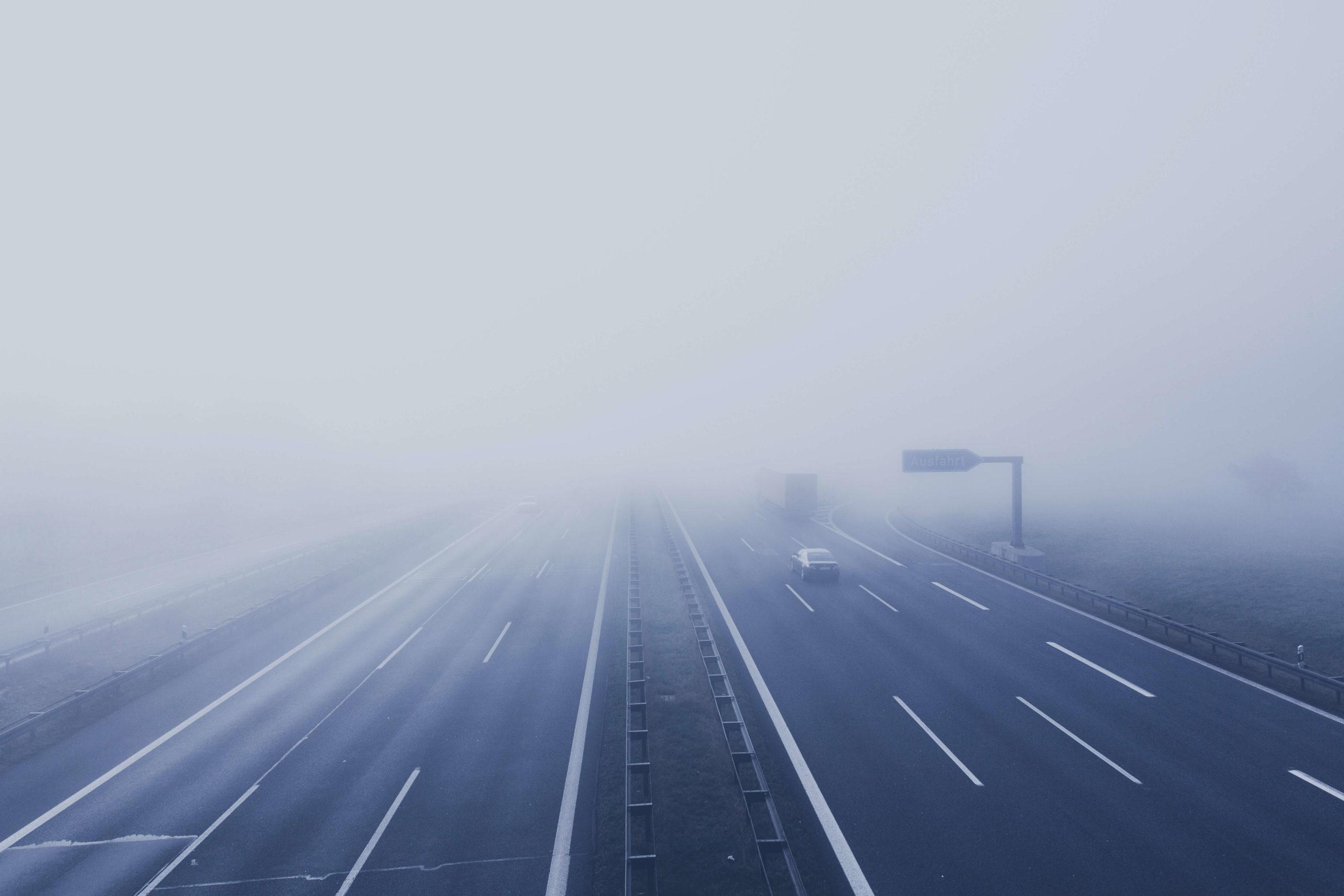 Autofahrerbrillen-Nebel auf der Autobahn