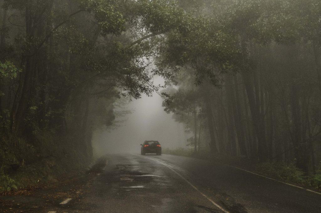 auto auf nebeliger Straße
