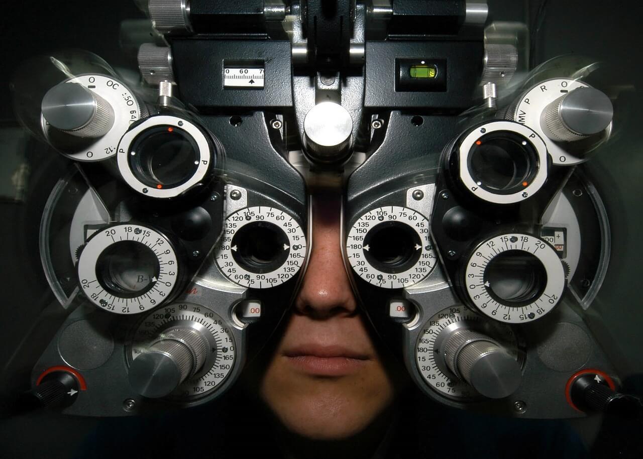 Optisches Gerät beim Optiker