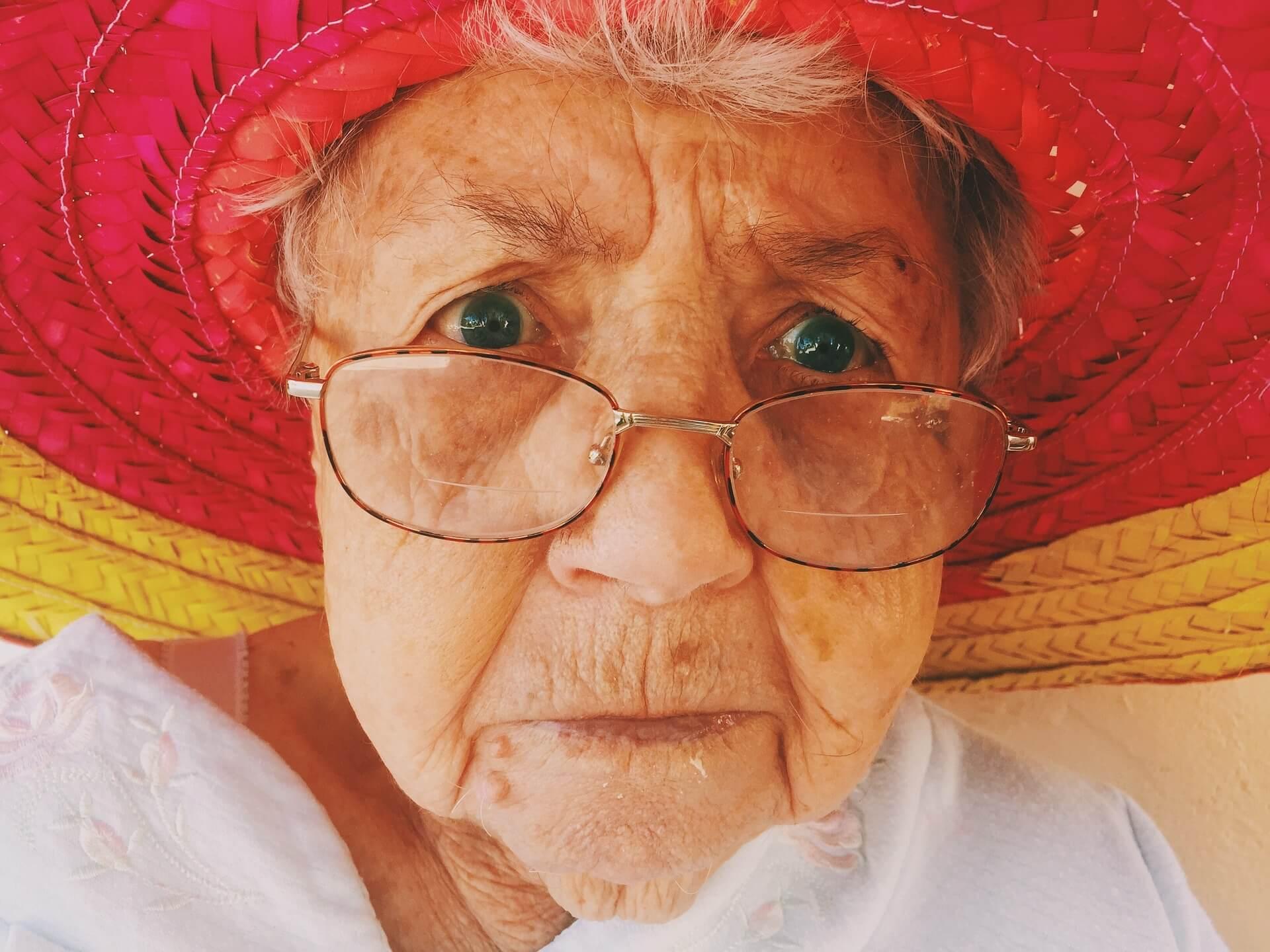 Im Alter lässt die Elastizität der Augen nach, die Sicht verschlechtert sich.