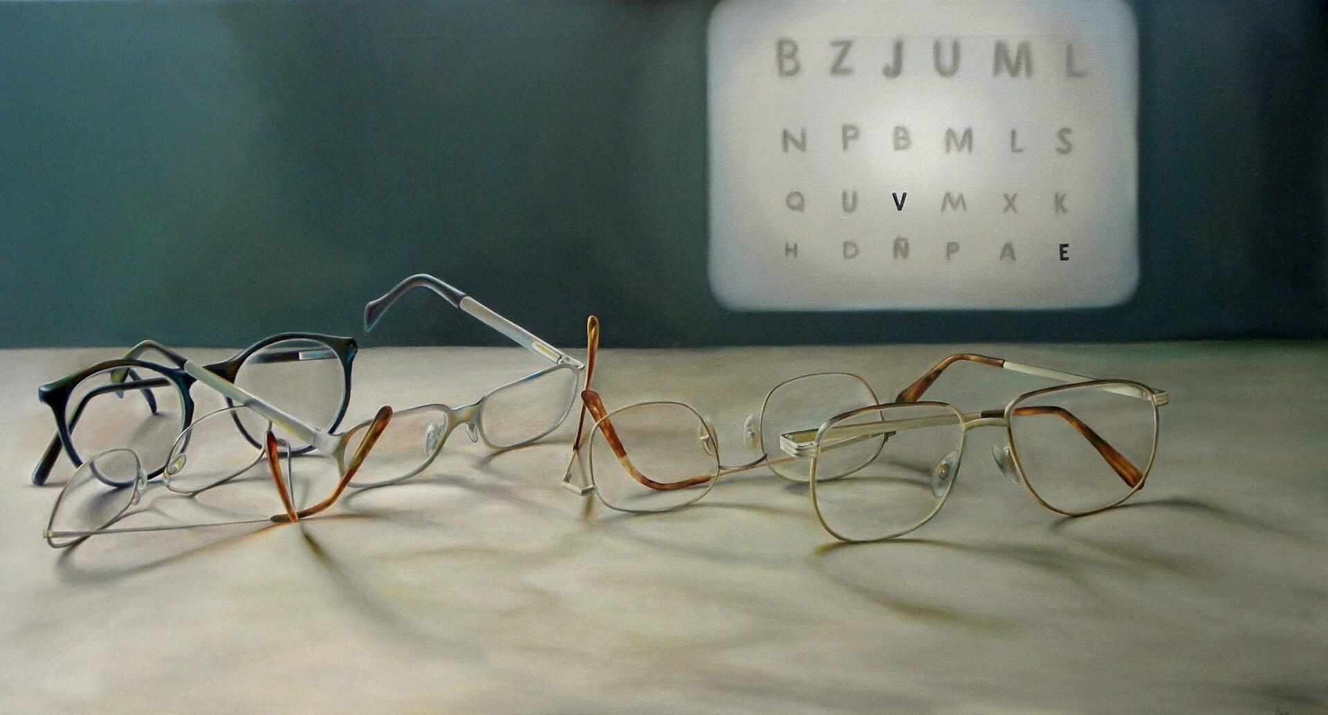 Weitsichtigkeit - Brillen vor Buchstabentafel