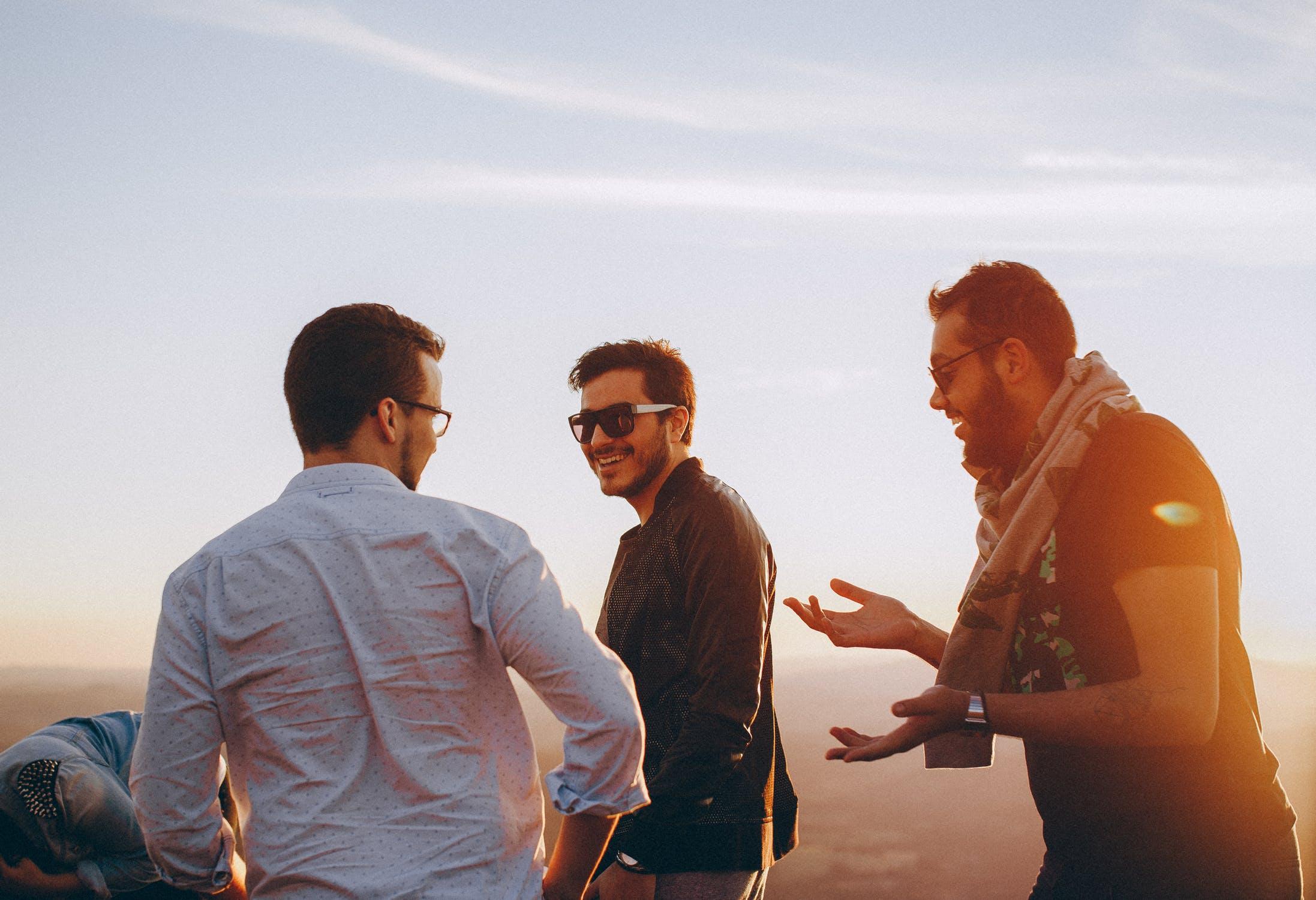 Sonnenscheinrabatt-drei Männer mit Sonnenbrillen