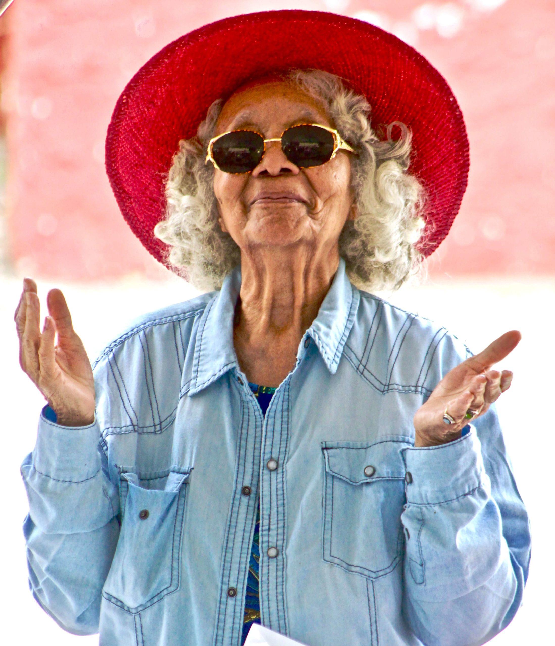 Sonnenscheinrabatt-Dame-mit-Sonnenbrille