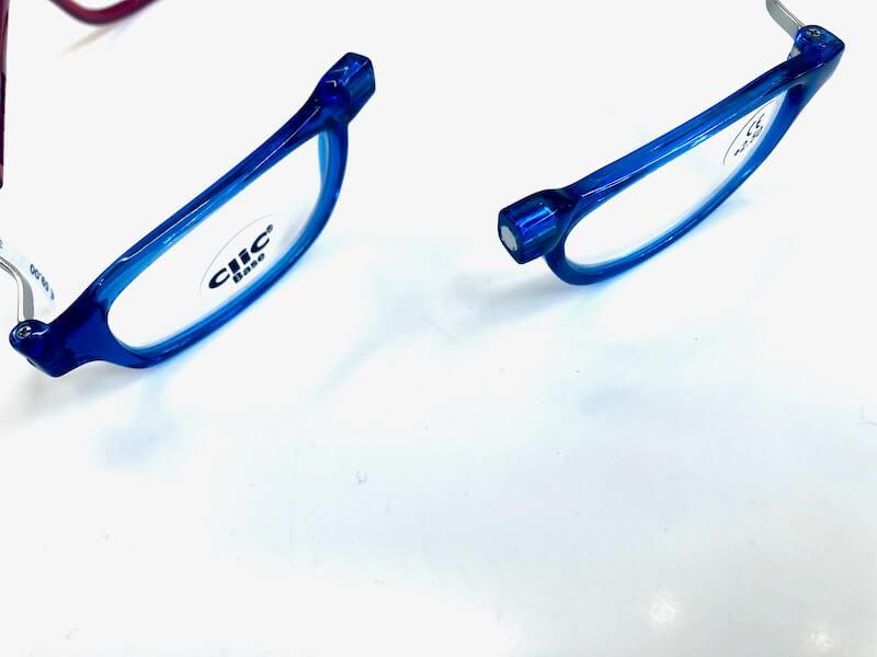 Magnetbrille, die mit einem Magnetverschluss und einer Halsschlaufe ausgestattet ist