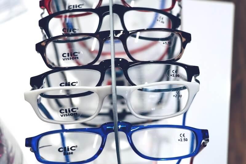 Ob weiß, rot oder blau - Magnetbrillen gibt es in verschiedenen Ausführungen.