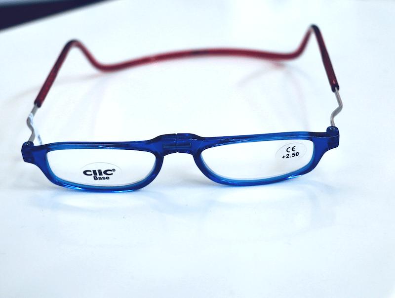 Blaue Magnetbrille mit roter Halsschlaufe
