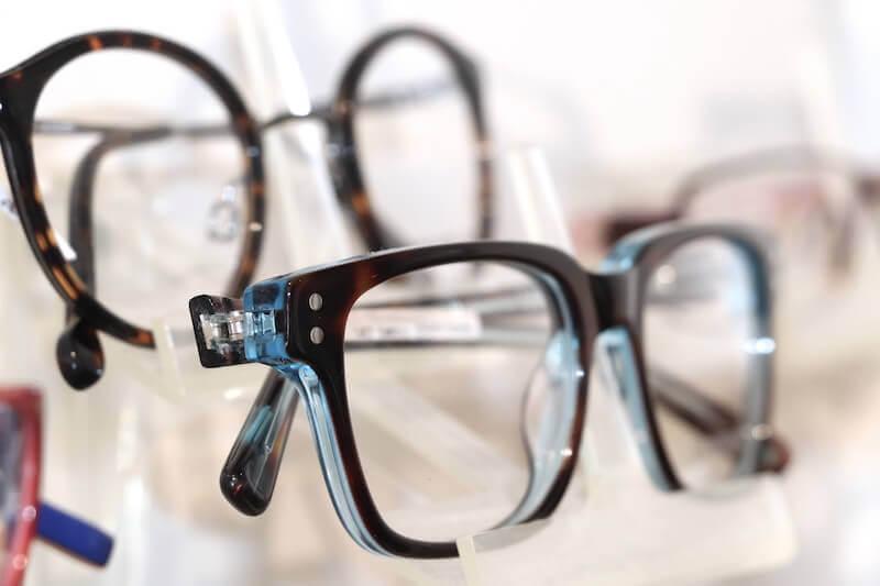 Kinderbrille mit schwarz-blauem Rahmen
