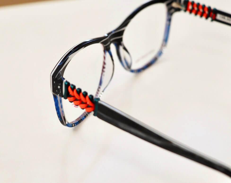 Brille aus Kaos-Kollektion mit Kordeln besetzte Bügel
