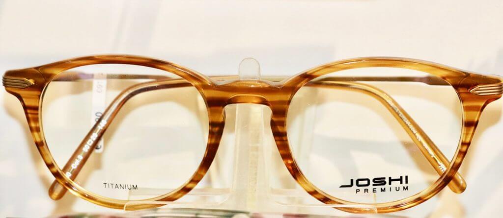 Dezente beige-braun melierte Streifen auf der Brille von Joshi