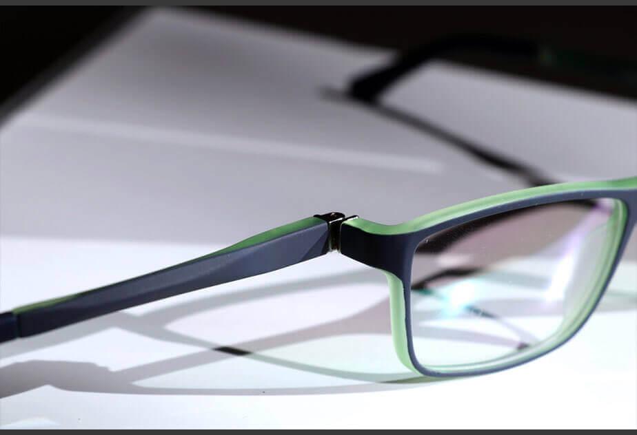 Kinderbrille mit nach außen geklappten Bügel