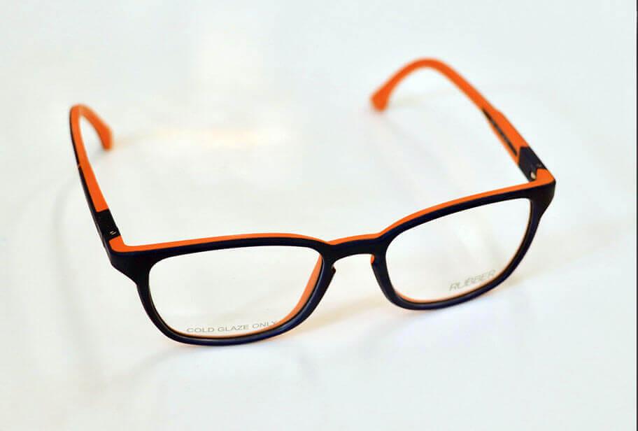 schwarze Kinderbrille mit orangenen Bügeln