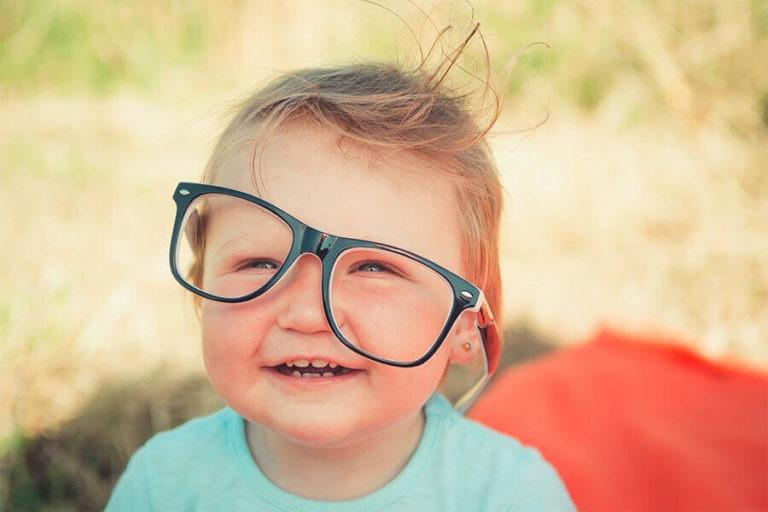 Junge mit schief sitzender Brille - Kinderbrillen kaufen