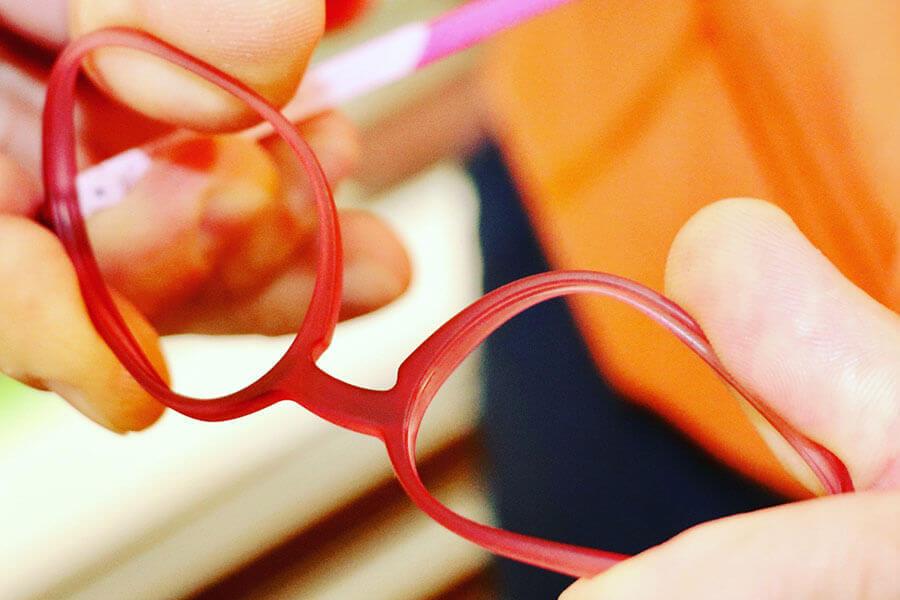 Kinderbrillen lassen verbiegen uns sind flexibel